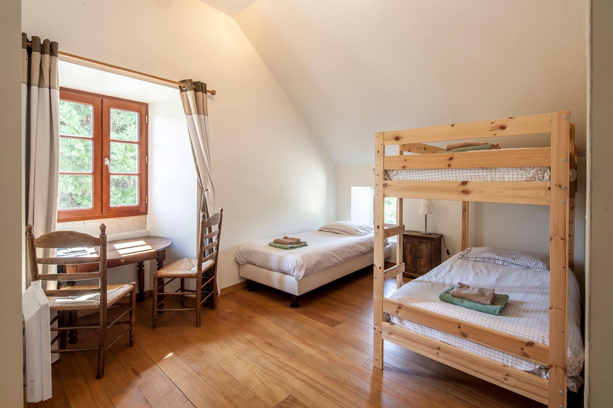 Kamer 2 – kinderslaapkamer 3 bedden
